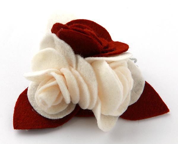 Spilla Natale con rose in pannolenci.