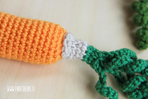 Dettaglio di lavorazione carota a crochet.