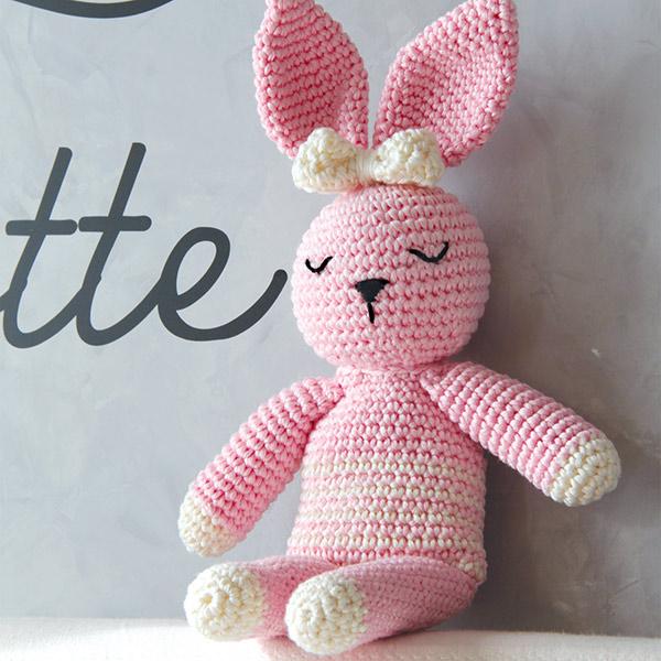 Un coniglio amigurumi.