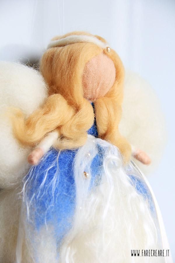 Angelo in lana cardata a secco con ago.