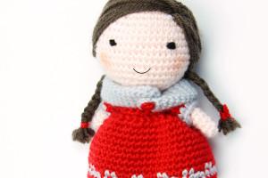 Bambola amigurumi a uncinetto con sciarpa.