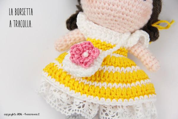 Dettaglio accessori bambola amigurumi - la borsa a tracolla.