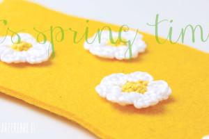 Margherite a uncinetto nel sottovaso giallo.