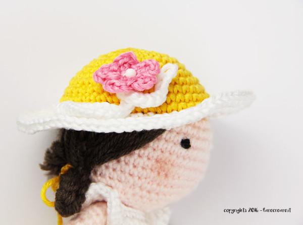 Fiore a uncinetto su cappello per bambola.