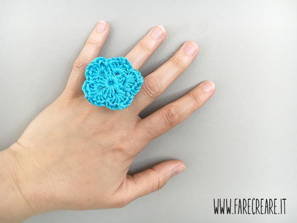 Schema uncinetto anello azzurro in cotone.