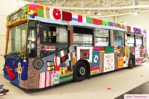 Abilmente Vicenza un autobus completamente rivestito a uncinetto come esposizione di lavori.
