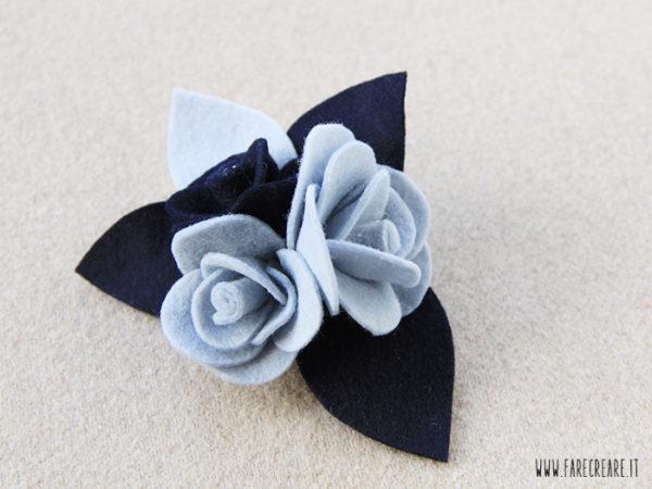 Spilla con rose in pannolenci e feltro azzurro e blu.