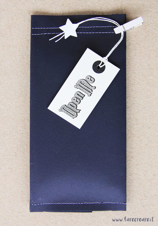 Christmas wrapping in black, decorazione in bianco su pacco di Natale nero.