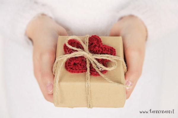 Decorare pacchi di Natale a uncinetto: una stella chiudipacco.