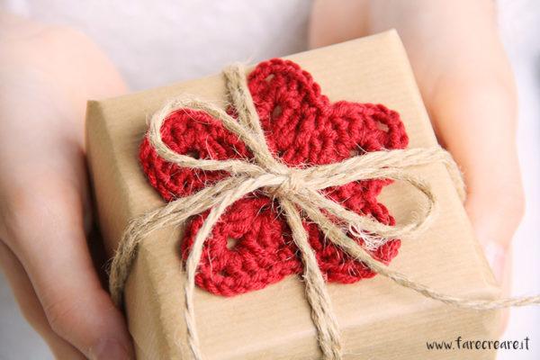Decorare i pacchi di Natale a crohcet dettaglio della stella a uncinetto.
