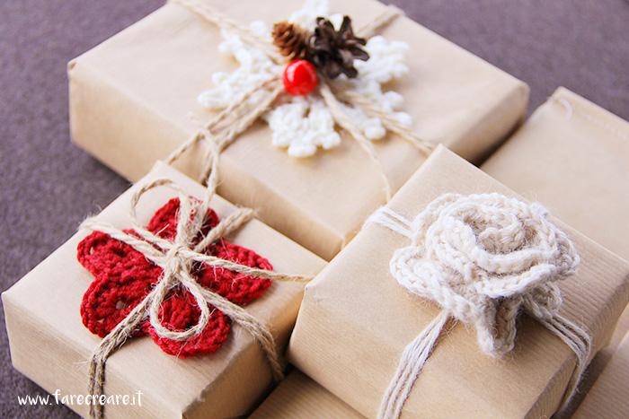Pacchi di Natale con decori a uncientto: originalità per il wrapping.