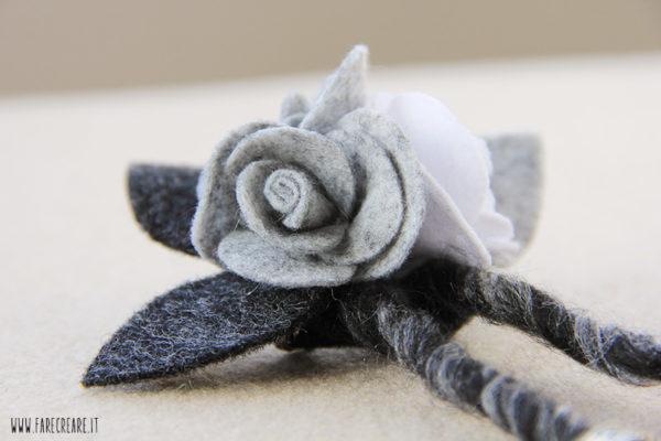 Spilla con rose in pannolenci e feltro grigio.