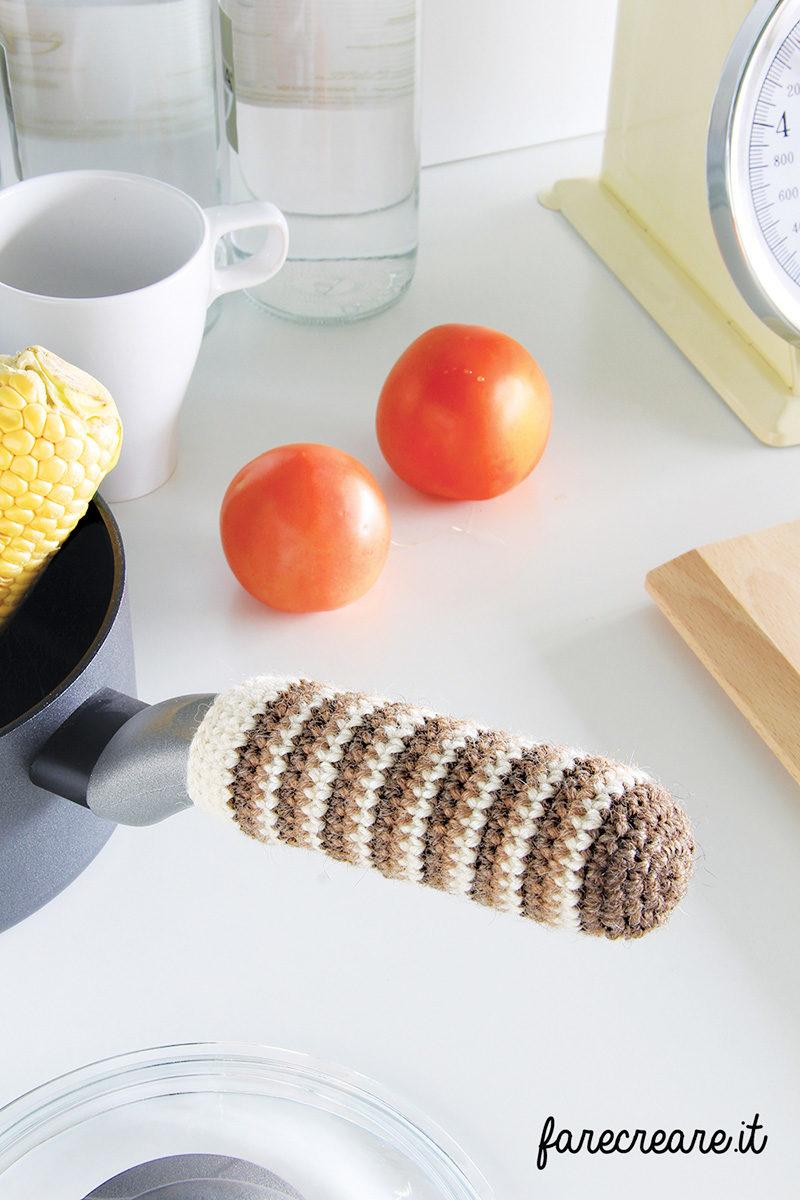 Crochet in cucina - il coprimanico.