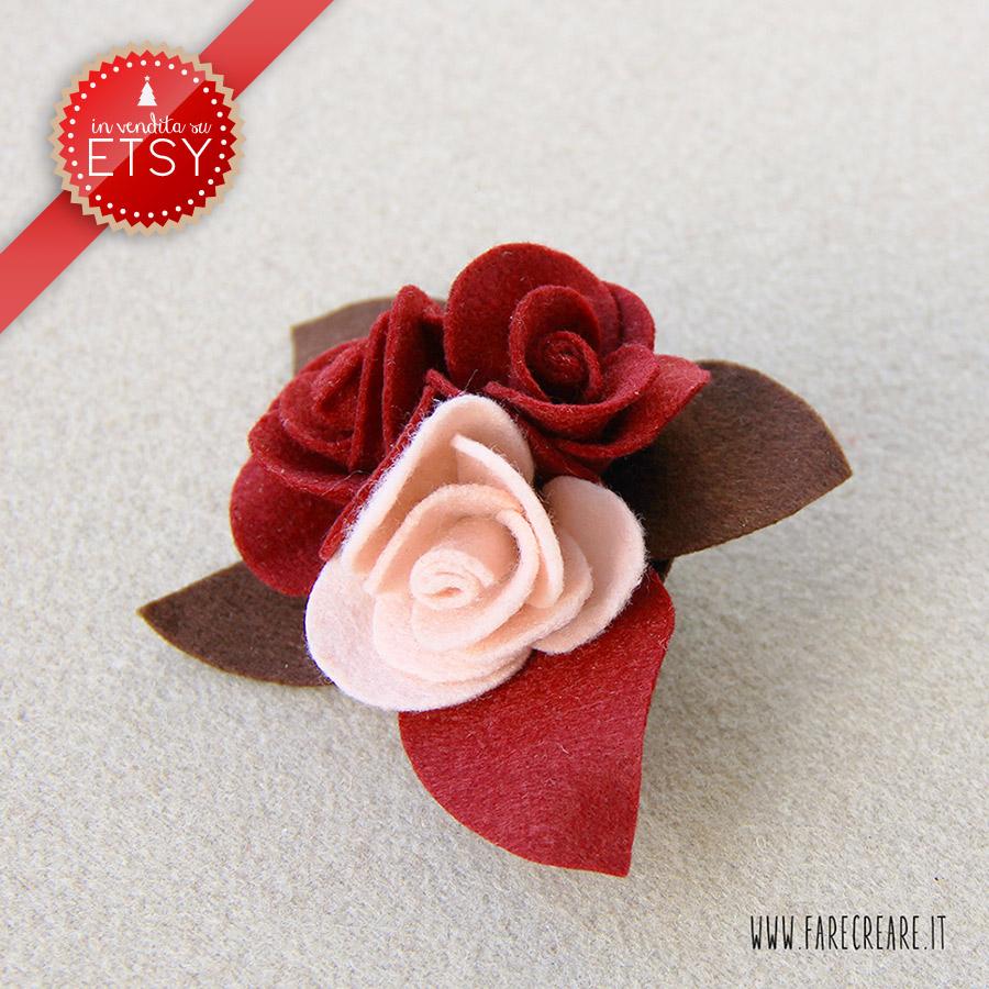 Spilla in pannolenci rosso scuro e rosa, con tre rose.