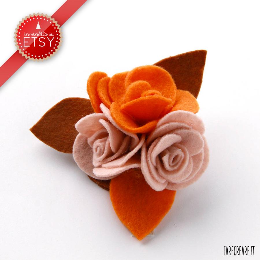Spilla con tre rose in pannolenci colori rosa e arancione.