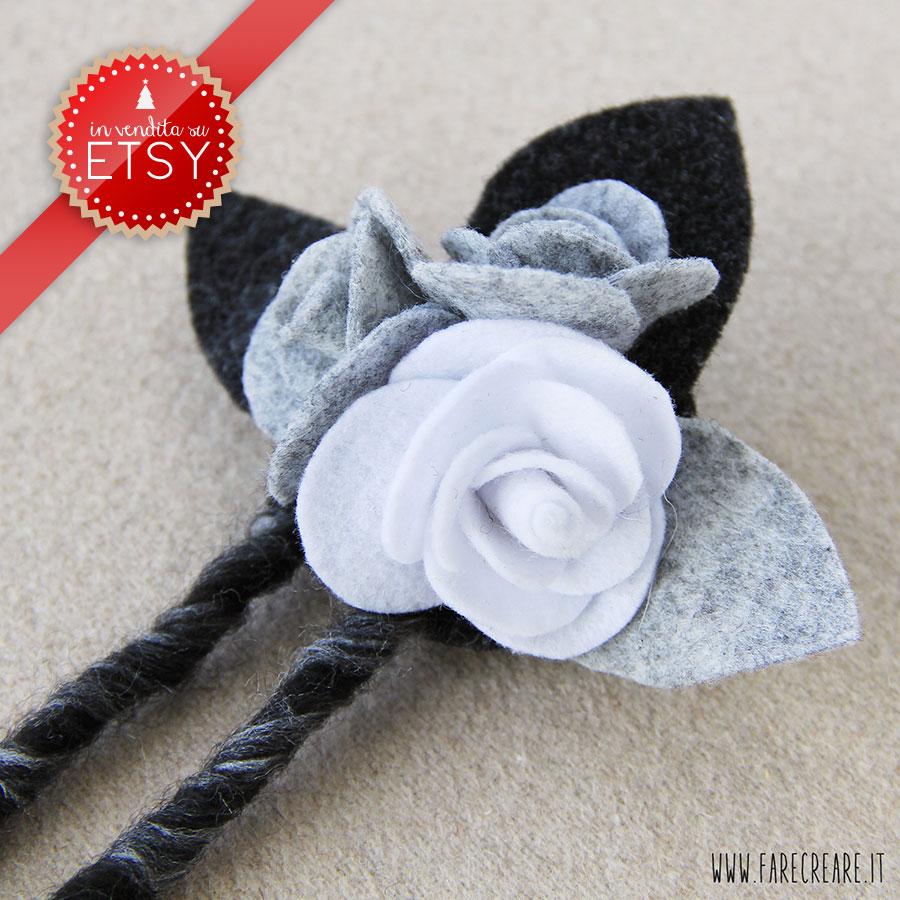 Spilla con tre rose in pannolenci colori bianco e grigio con foglie nere.