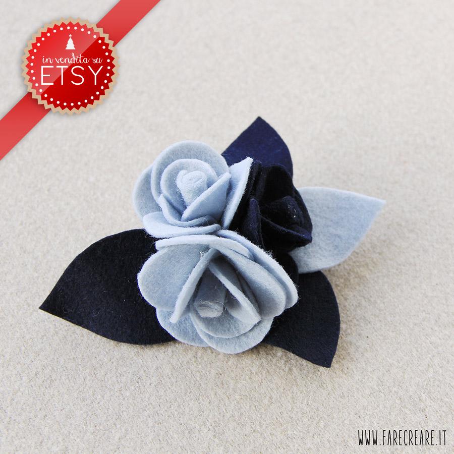 Spilla con tre rose in pannolenci colori azzurro e blu scuro.