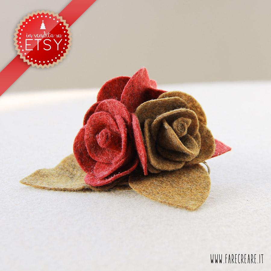 Spilla con tre rose in pannolenci-feltro, colore rosso e marrone melange.