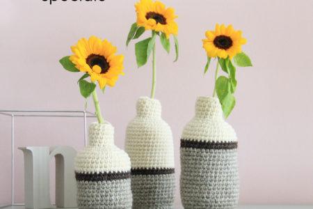 Farecreare un vaso a uncinetto per coprire una bottiglia di plastica. Riciclo creativo - il vaso contiene acqua a fiori.