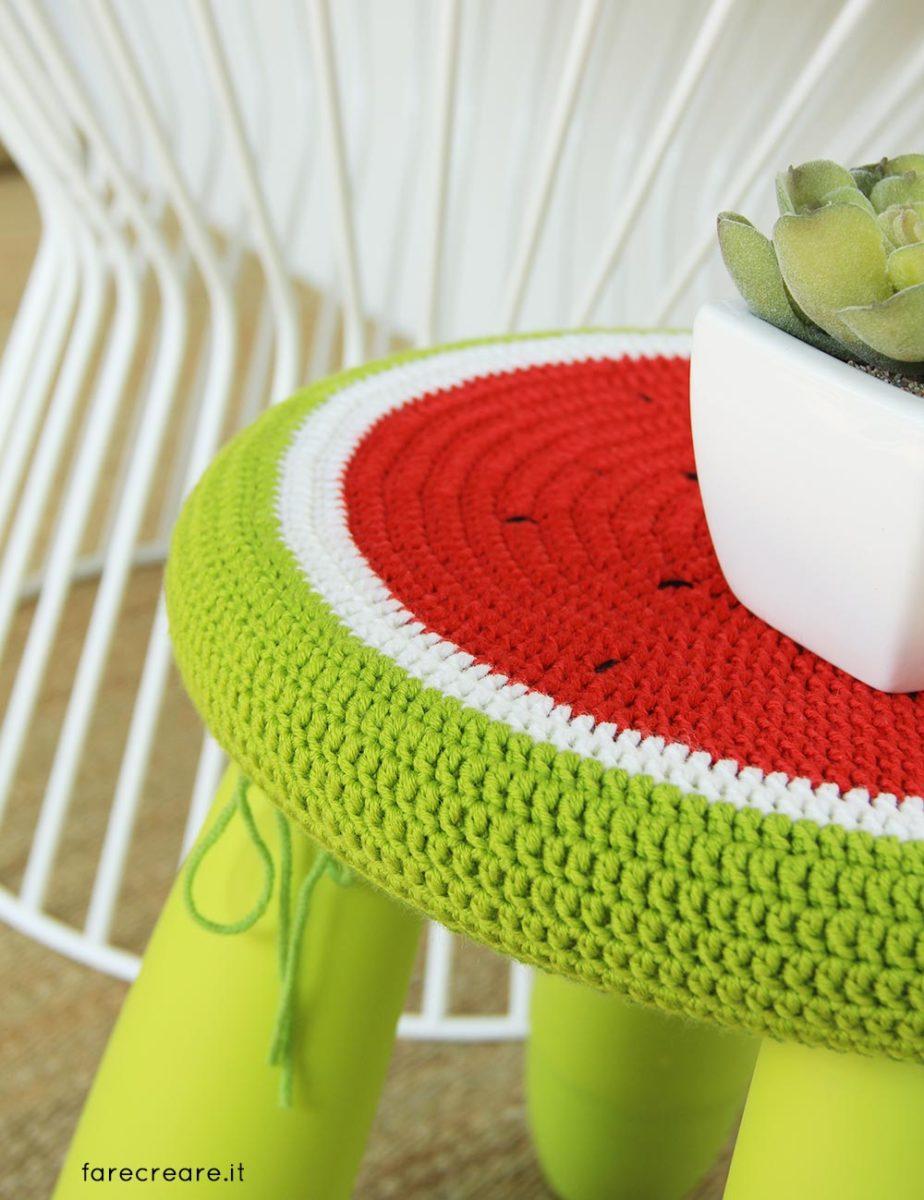 Sgabelli rivestiti a uncinetto - schema facile a forma di anguria.