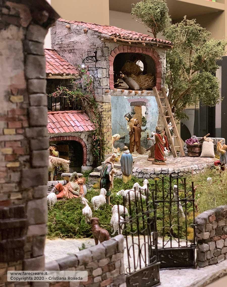 presepe artistico in stile veneto fatto a mano vista cancello e muretto
